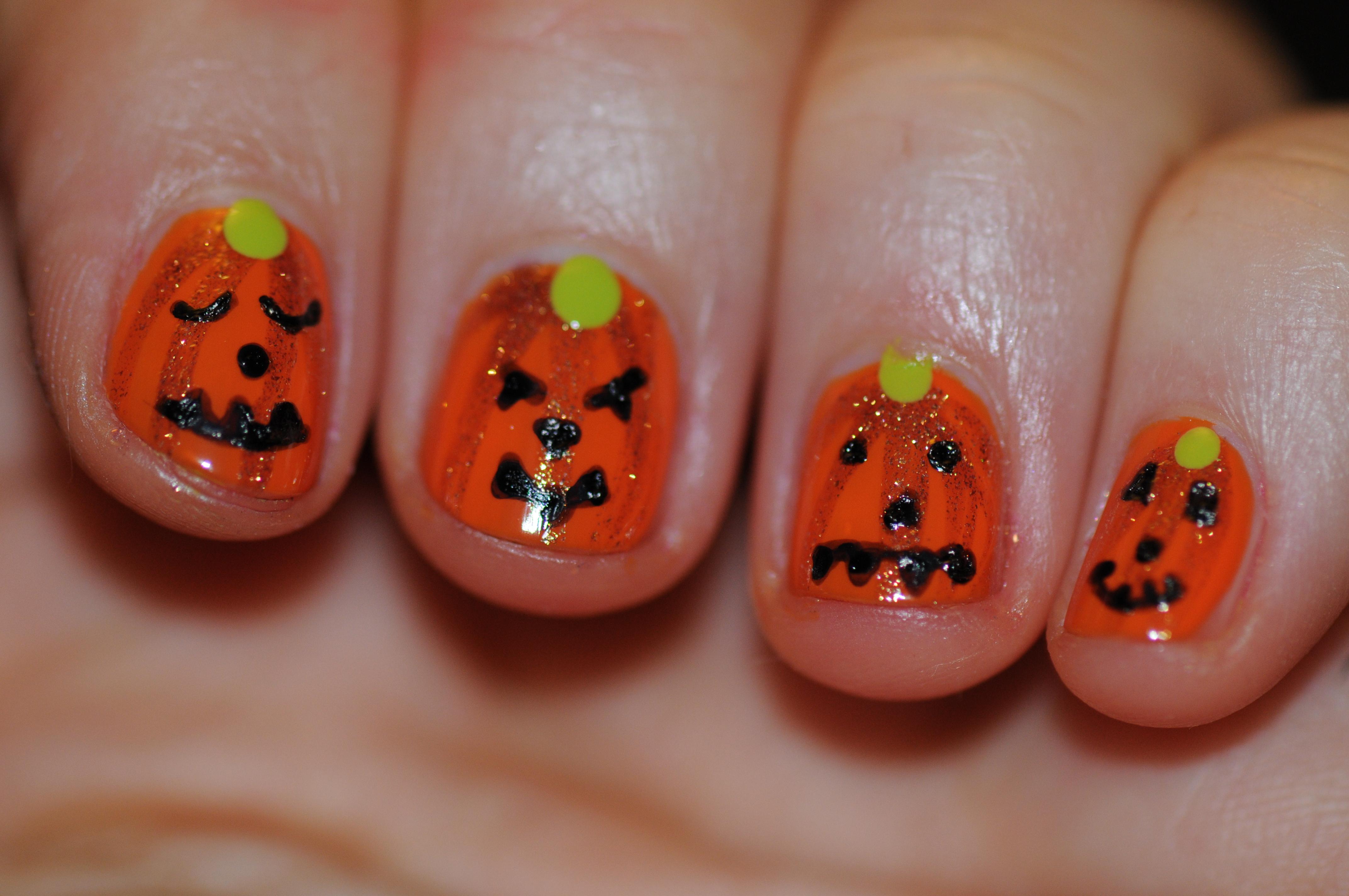 Voici une petite manucure assez simple et rigolote pour Halloween 🙂